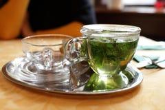 Tetera de cristal con té de la menta foto de archivo libre de regalías