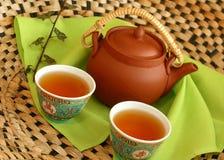 Tetera de la arcilla y tazas de té Foto de archivo libre de regalías