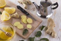 Tetera de té del jengibre con la miel y el limón Fotos de archivo libres de regalías