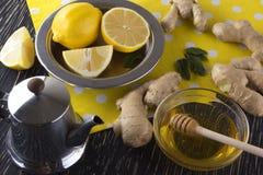 Tetera de té del jengibre con la miel y el limón Fotos de archivo
