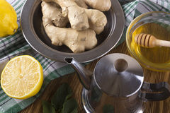 Tetera de té del jengibre con la miel y el limón Imagen de archivo