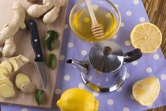 Tetera de té del jengibre con la miel y el limón Fotografía de archivo