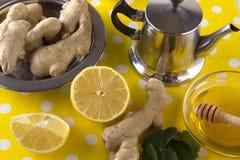 Tetera de té del jengibre con la miel y el limón Imagenes de archivo