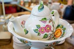 Tetera hermosa de la cerámica de Delft con la pintura de la flor Fotografía de archivo
