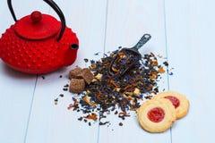 Tetera, hojas de té y galletas japonesas tradicionales Foto de archivo