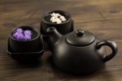 Tetera negra, dos tazas, flores Menú, Foto de archivo libre de regalías