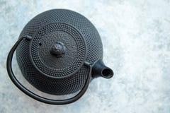 Tetera oriental del metal negro aislada imagen de archivo