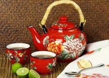Tetera roja con las tazas de té Fotografía de archivo