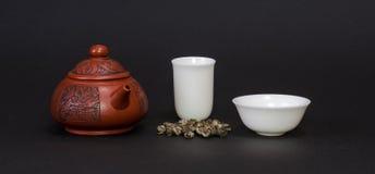 Tetera roja y tazas de té blancas Imágenes de archivo libres de regalías