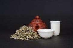 Tetera roja y tazas de té blancas Fotografía de archivo