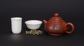 Tetera roja y tazas de té blancas Imagen de archivo libre de regalías