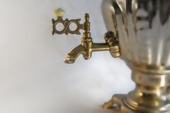 Tetera rusa con la fuente de agua Fotografía de archivo