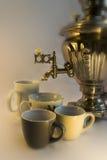 Tetera rusa con la fuente y las tazas de agua Foto de archivo