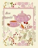 Tetera, taza con té, torta y flores Imagenes de archivo