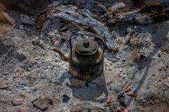 Tetera vieja de berbers en el fuego Imágenes de archivo libres de regalías