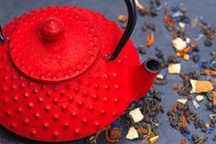 Tetera y hojas de té japonesas tradicionales Foto de archivo