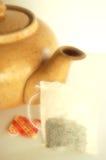 Tetera y su bolso de té Fotos de archivo libres de regalías