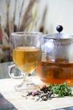 Tetera y taza de té Imagen de archivo libre de regalías