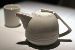 Tetera y taza de té Fotos de archivo