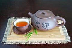 Tetera y taza de té Fotos de archivo libres de regalías