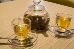 Tetera y tazas con té Fotos de archivo libres de regalías