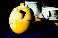 Tetera y tazas de té foto de archivo
