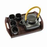 Tetera y tazas de té negras chinas en la trébede de madera Fotos de archivo libres de regalías