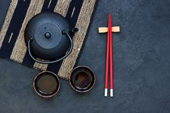 Tetera y tazas de té negras en la tabla de piedra Visión superior con la copia s Fotografía de archivo