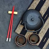 Tetera y tazas de té negras en la tabla de piedra Visión superior con el SP de la copia Foto de archivo libre de regalías