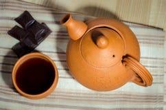 Tetera y una taza de té Fotos de archivo libres de regalías
