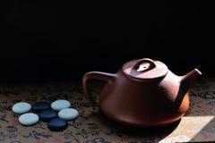 Tetera y weiqi chinos Fotos de archivo libres de regalías