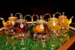 Teteras de cristal con té en la tabla Imágenes de archivo libres de regalías