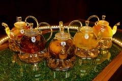 Teteras de cristal con té en la tabla Foto de archivo libre de regalías