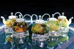 Teteras de cristal con té en la tabla Foto de archivo