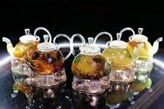 Teteras de cristal con té en la tabla Imagen de archivo libre de regalías