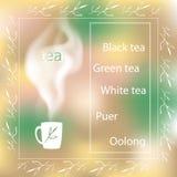 Tetidkort med en kopp te på en suddig bakgrund Arkivfoto