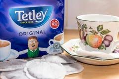 Tetley-Teebeutel mit einer Tasse Tee Lizenzfreie Stockfotos
