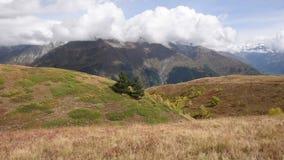 Tetnuldi突出的峰顶全景在大高加索山脉范围的中部,位于 股票录像