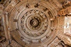 Teto cinzelado do templo de The Sun, Modhera em Gujarat fotos de stock royalty free