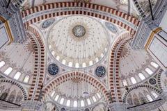 Teto colorido e detalhado de uma mesquita imagem de stock