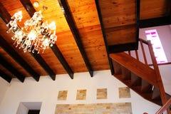 Teto de madeira, escadaria e mais electrolier elegante Imagens de Stock Royalty Free