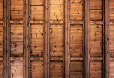 Teto de madeira velho escuro com feixes fundo ou textura fotos de stock