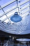 Teto de vidro e muros de cimento em uma construção moderna com grande iluminação fotografia de stock