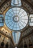 Teto de vidro ornamentado no centro de compra icônico de Vittorio Emanuele II da galeria, situado ao lado da catedral em Milão, I foto de stock