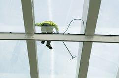Teto de vidro que está sendo limpado Imagens de Stock