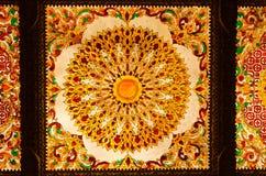 Teto decorativo da arte tailandesa no templo de Tailândia. Fotografia de Stock
