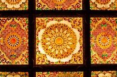 Teto decorativo da arte tailandesa no templo de Tailândia. Fotos de Stock