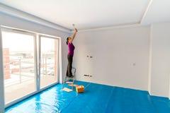 Teto do apartamento da pintura da mulher Fotografia de Stock