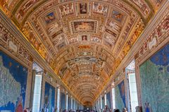 Teto do salão do mapa do Vaticano, Roma, Itália imagens de stock