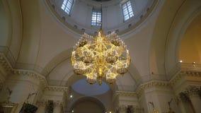 Teto e candelabro na catedral